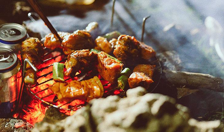 Nướng BBQ khi cắm trại hồ Dầu Tiếng