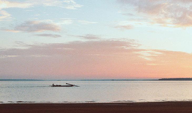 Người dân chèo thuyền từ đảo về bờ