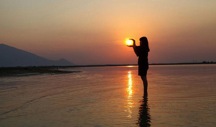 Chụp ảnh cùng mặt trời khi cắm trại hồ Dầu Tiếng