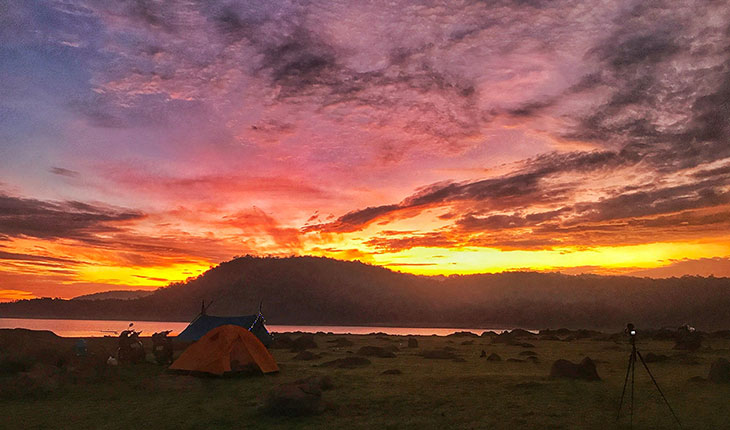 Ngắm cảnh hoàng hôn khi cắm trại hồ Dầu Tiếng